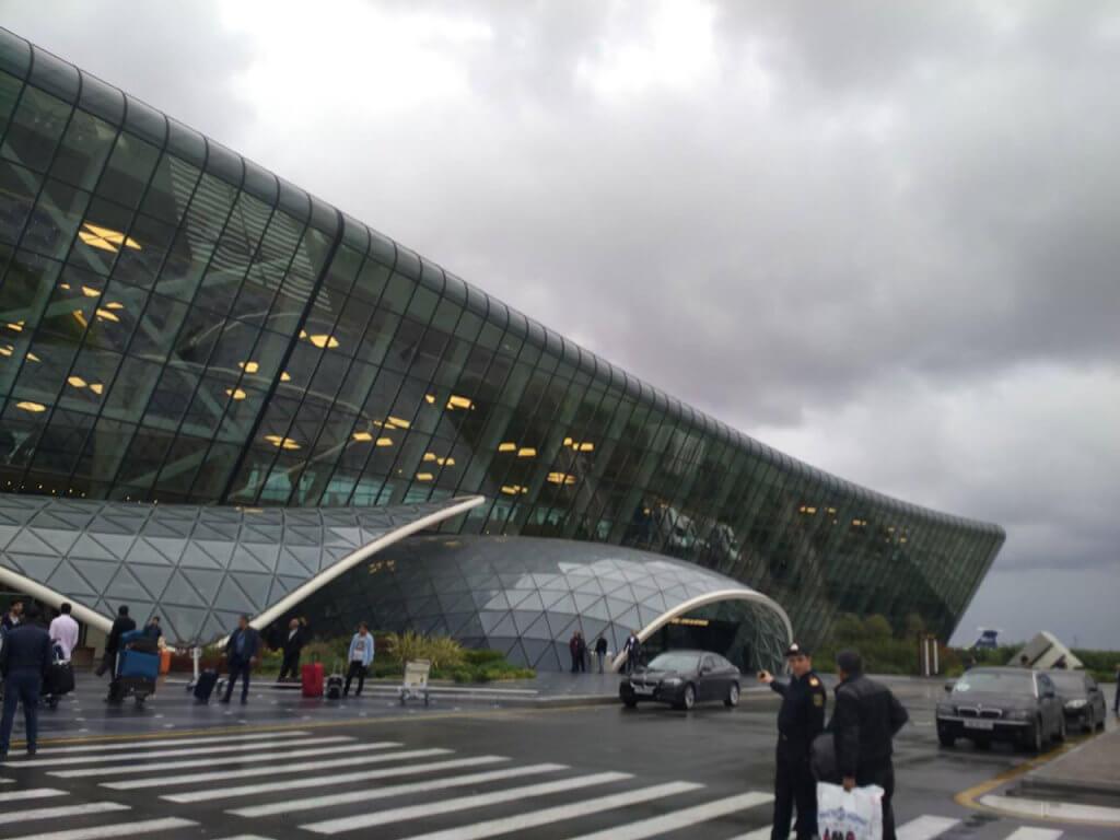 Про принципи універсального дизайну в Баку (ФОТО). баку, доступність, рівність, універсальний дизайн, інвалідність, sky, road, outdoor, building, cloud, skyscraper, vehicle. A group of people walking on a bridge