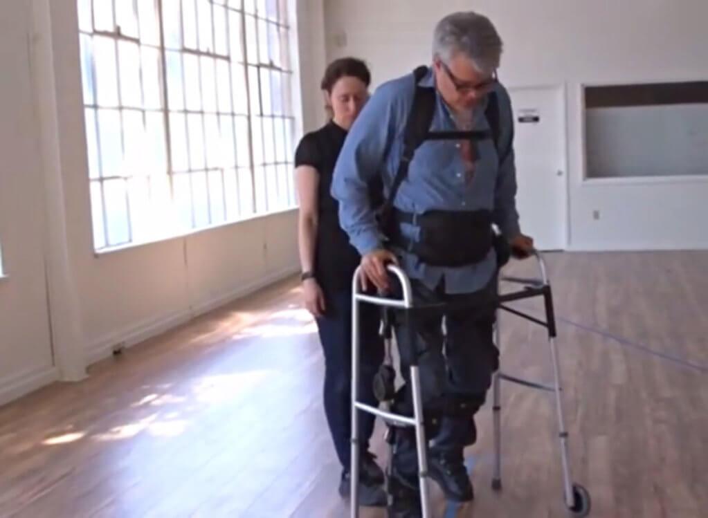 Паралізований португалець випробував новий екзоскелет (ВІДЕО). екзоскелет, компанія phoenix, силовий привод, тестування, інвалідний візок, floor, indoor, wall, clothing, person, tripod, man. A man standing in a room