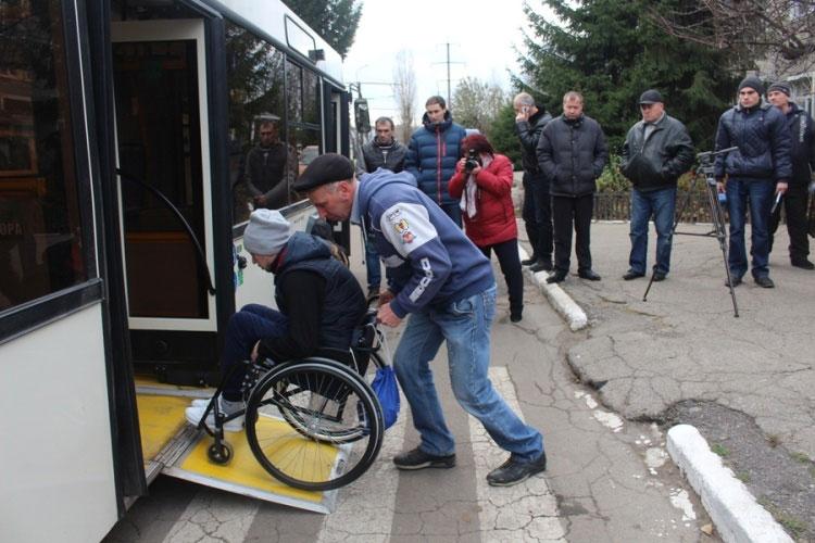 У Кропивницькому водіїв автобусів навчали допомагати людям з інвалідністю (ФОТО). кропивницький, активіст, водій, навчання, інвалідність, outdoor, person, bicycle, clothing, land vehicle, bicycle wheel, wheel, vehicle, wheelchair, footwear. A group of people on a sidewalk
