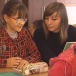 Світлина. Заради 13-річної учениці майже два десятки педагогів вчаться додатково. Навчання, інклюзивна освіта, Тернопіль, шрифт Брайля, незряча, помічник вчителя