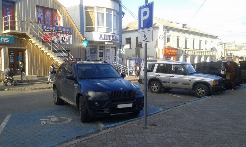 Чернівці – перше місто в Україні з синіми паркомісцями для водіїв із інвалідністю