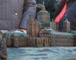У Львові встановили бронзовий макет Святоюрського комплексу для незрячих (ВІДЕО). львів, святоюрський комплекс, вади зору, макет, незрячий, person. A statue of a person