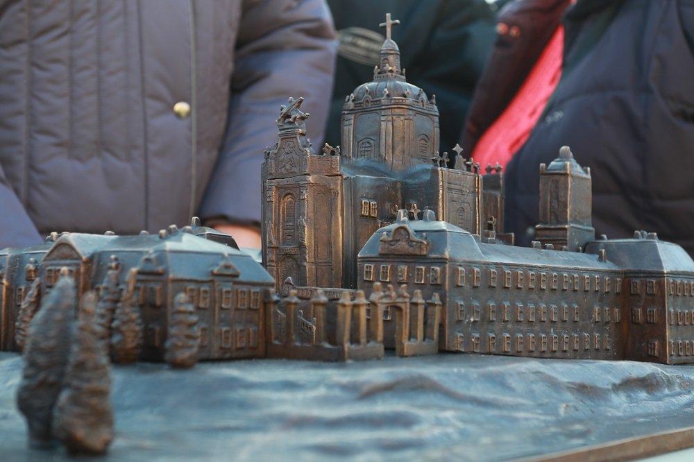 У Львові встановили бронзовий макет Святоюрського комплексу для незрячих (ВІДЕО)