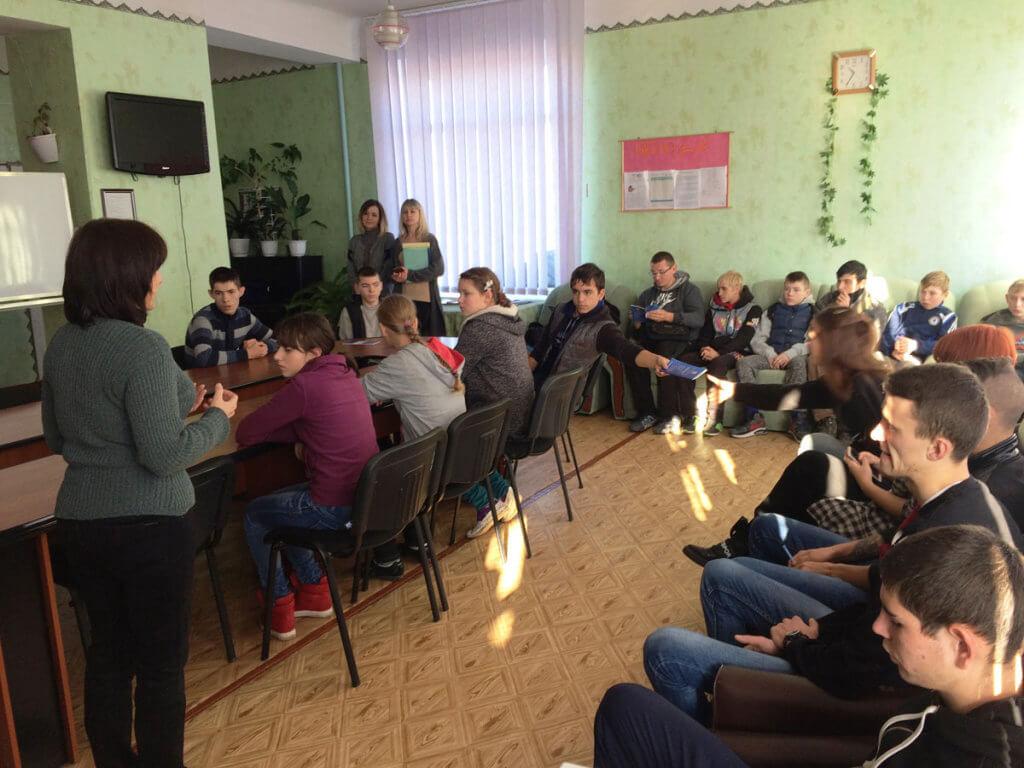 У Знам'янці школярі з особливими потребами малювали світ професій. знам'янка, профорієнтаційний захід, центр зайнятості, школа-інтернат, інвалід, person, indoor, clothing, man, group, people, furniture, woman, chair, room. A group of people sitting in a room
