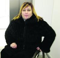 «Чтобы понять, каково быть прикованным к инвалидной коляске, сядь и свяжи себе ноги». неля ковалюк, аварія, доступность, инвалидная коляска, инвалидность, person, wall, clothing, jacket, sweater, indoor, human face, coat, turtleneck, black. A woman posing for a picture
