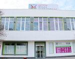 Громадський бюджет: в Одесі реалізують проект зі створення ігрового майданчика для дітей з інвалідністю (ФОТО). одеса, проект, ігровий майданчик, інвалідність, інтеграція, building, outdoor, sign, door, house, window, roof. A sign in front of a building