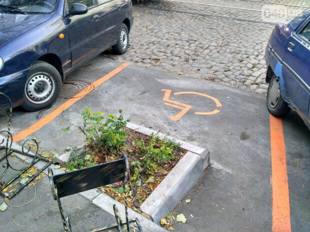 В Одессе появилась самая нелепая парковка для людей с инвалидностью. одесса, инвалидность, клумба, обустройство, парковка