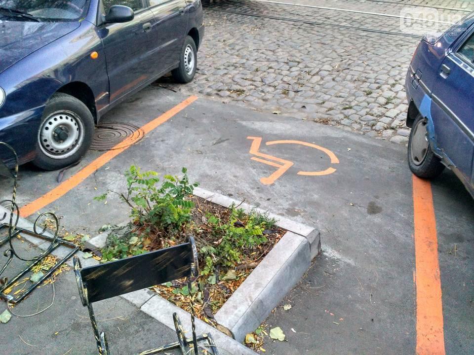 В Одессе появилась самая нелепая парковка для людей с инвалидностью (ФОТО). одесса, инвалидность, клумба, обустройство, парковка, car, outdoor, ground, land vehicle, vehicle, wheel, tire, parked, sidewalk, auto part. A car parked in a parking lot
