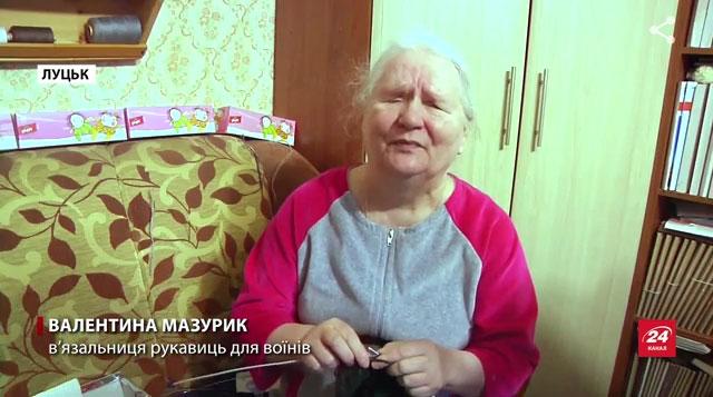 Українка з інвалідністю розробила спеціальні рукавиці для військових АТО (ВІДЕО). валентина мазурик, військовий ато, в'язальниця рукавиць, солдат, інвалідність, person, indoor, human face. A person sitting on a table