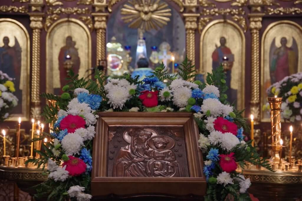 Відбулося освячення та вшанування тактильної ікони Озерянської Божої Матері (ФОТО). вади зору, вшанування, незрячий, освячення, тактильна ікона, funeral, church, candle, flower, vase, floral design, flower arranging, floristry, decorated, altar. A christmas tree in a room