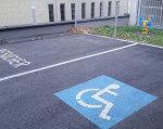 Без барьеров: как живут в Австрии люди с ограниченными возможностями (ФОТО, ВИДЕО). австрія, инвалидная коляска, инвалидность, ограниченными возможностями, інфраструктура, road, outdoor, asphalt, bicycle, tarmac, way. A sign on the side of a road