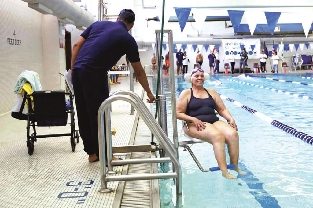 Розваги, навчання та робота: як живеться людям з інвалідністю в Іспанії. іспанія, доступність, самостійність, інвалідний візок, інвалідність, person, swimming, clothing. A man standing on a boat