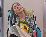 «Даша Безкостая повзрослела, и ее картины изменились вместе с ней». дцп, даша безкостая, выставка, инвалидность, художница, clothing, person, wall, indoor, human face, woman, smile, flower. A group of people in a room