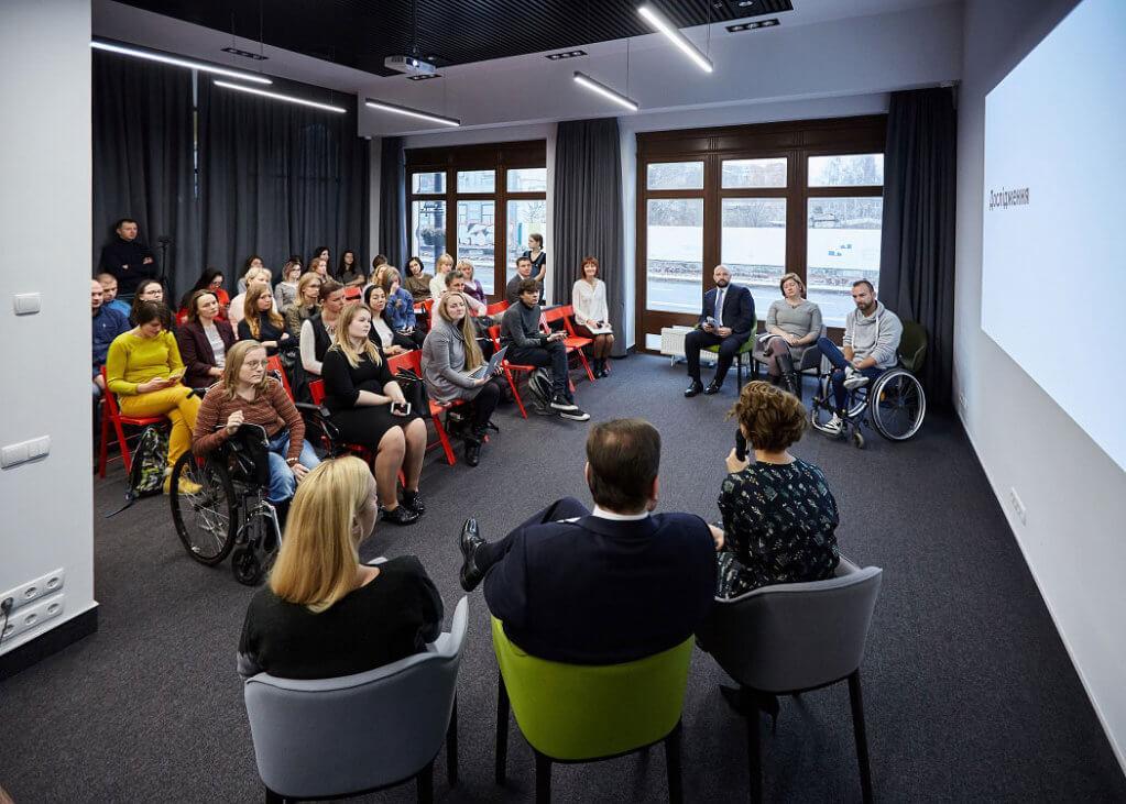 В Україні стартував рух за перетворення людей з інвалідністю з невидимок на реальних співробітників. працевлаштування, роботодавець, рух так має бути, інвалідність, інклюзивне суспільство, person, clothing, bicycle, indoor, bicycle wheel, people, several. A group of people in a room