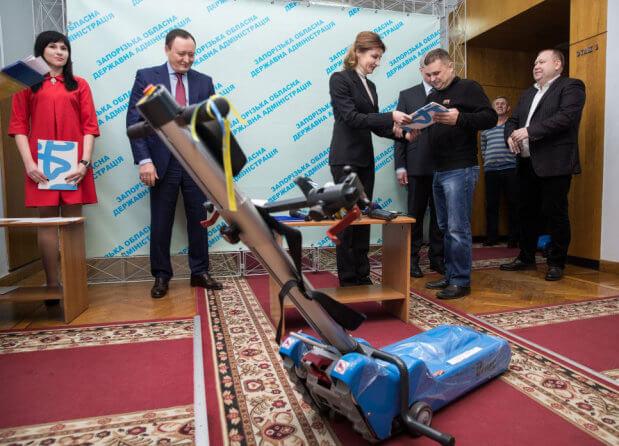 У Запоріжжі Марина Порошенко передала гусеничні сходові підйомники для дев'яти інклюзивних шкіл регіону. запоріжжя, марина порошенко, доступність, підйомник, інклюзивна освіта