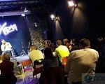 """""""У світі дуже багато добра, тому не бійтеся подорожувати автостопом"""", – Дмитро Щебетюк розповів про свої пригоди на візку. дмитро щебетюк, тернопіль, автостоп, подорож, інвалідний візок, clothing, person, indoor, man, concert. A group of people in a room"""