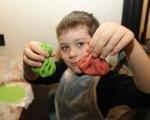 Прес-реліз: Різнокольорові хінкалі та імбирні пряники готували аутисти на різдвяному майстер-класі. «kids autism games», київ, аутист, соціалізація, фуд-терапія, person, indoor, wall, boy, child, human face, food, young, little, baby. A little boy that is eating some food