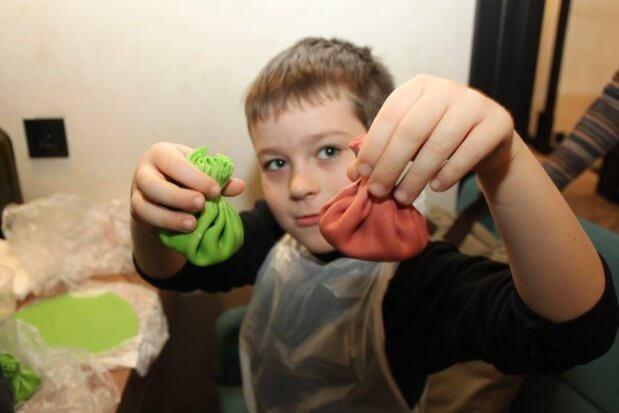 Прес-реліз: Різнокольорові хінкалі та імбирні пряники готували аутисти на різдвяному майстер-класі. «kids autism games», київ, аутист, соціалізація, фуд-терапія