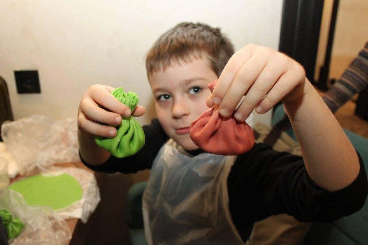 Прес-реліз: Різнокольорові хінкалі та імбирні пряники готували аутисти на різдвяному майстер-класі
