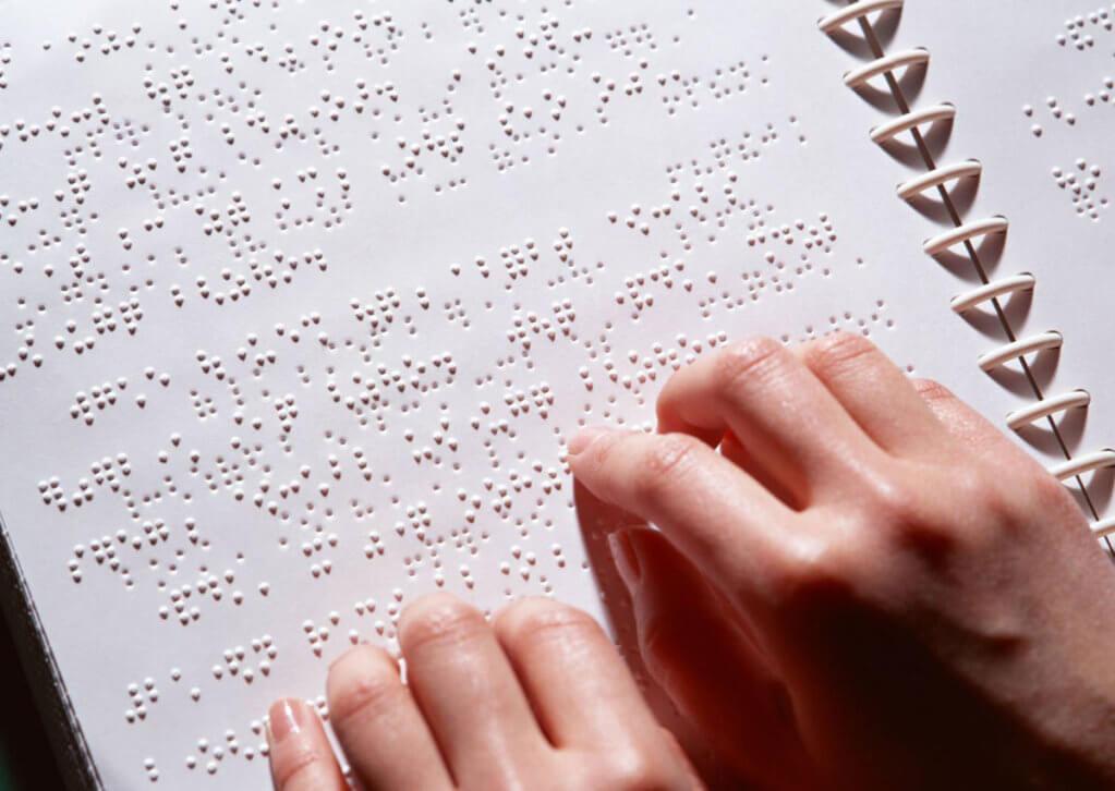 Тести ЗНО друкуватимуть шрифтом Брайля. зно, апробація, порушення зору, тестування, шрифт брайля, handwriting. A close up of a persons hand