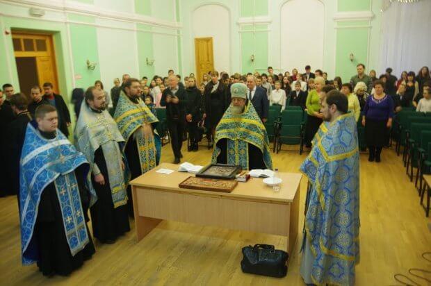 Учні НВК ім. В.Г. Короленка, в якому навчаються діти з порушеннями зору, отримали подарунки. харків, молитовне вшанування, освячення, порушення зору, ікона