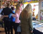 В Мариуполе открылась социальная швейная мастерская (ФОТО). мариуполь, волонтер, инвалидность, самореалізація, швейная мастерская добродел, person, clothing, woman, indoor, girl, man, crowd. A group of people standing in a room