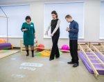Марина Порошенко відкрила перший Інклюзивно-ресурсний центр на Дніпропетровщині (ФОТО). ірц, дніпропетровщина, марина порошенко, особливими освітніми потребами, інклюзивна освіта, floor, indoor, person, clothing, footwear. A group of people standing in a room