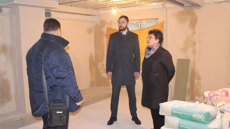 У Запоріжжі відкриють новий центр реабілітації для дітей з інвалідністю. запоріжжя, особливими потребами, підтримка, ремонт, інвалідність, suit, person, clothing, indoor, man, standing, coat, smile, trousers, tie. A couple of people that are standing in a room