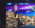 Сльози і овації стоячи. Учасники французького талант-шоу викликали фурор в мережі (ВІДЕО). приятель, талант-шоу, танець, телепроект, інвалідний візок, clothing, person, scene, man. A man on a stage in front of a building