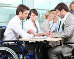 Як європейських роботодавців заохочують до найму людей з інвалідністю. єс, квота, роботодавець, робоче місце, інвалідність, person, indoor. A group of people looking at a computer