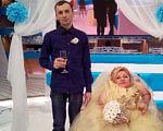 «Однажды я сказал Леночке, что таких девушек, как она, нужно носить на руках. С тех пор и ношу». елена тищенко, замужество, несовершенный остеогенез, перелом, хрустальная, wedding dress, bride, person, clothing, indoor, wedding, woman, smile, fashion accessory, posing. A man and a woman standing in front of a wedding cake