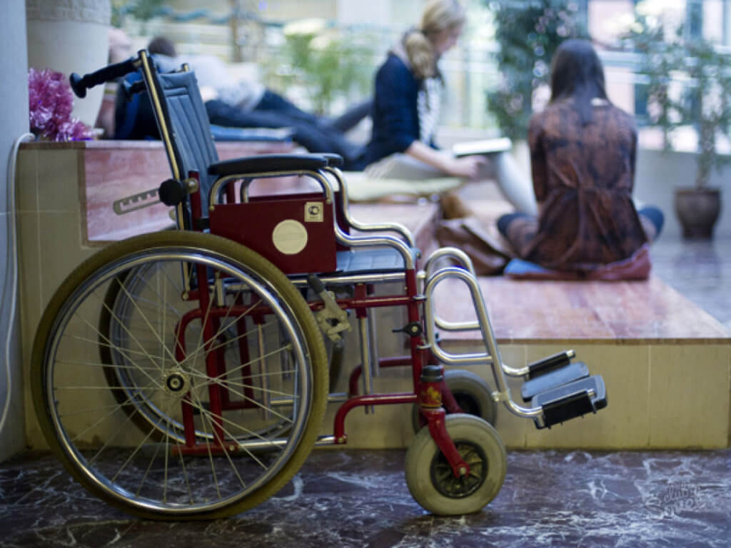 Лиц с инвалидностью будут принимать в вузы по общему конкурсу. доступ, инвалидность, конкурс, образование, термін, bicycle, wheel, land vehicle, outdoor, tire, vehicle, bicycle wheel, cart. A bicycle parked on the side of a building
