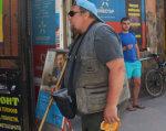 Сліпий закарпатець розповів, яким є життя у темряві. володимир рущак, утос, зір, сліпота, інвалідність, person, clothing, man, outdoor, human face, luggage and bags, jacket. A person standing in front of a store