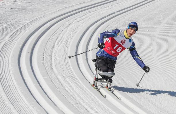 Українські паралімпійці з 21 медаллю стали другими у світі в лижних перегонах та біатлоні. кубок світу, біатлон, змагання, лижні перегони, паралімпиєць, snow, outdoor, skiing, sports equipment, snowboarding, ski, snowboard, helmet, winter sport, slope. A man riding skis down a snow covered slope
