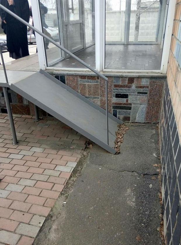 У Кропивницькому встановили пандус біля відділення поліції, яким неможливо користуватися. кропивницький, відділення поліції, пандус, порушення дбн, інвалідність