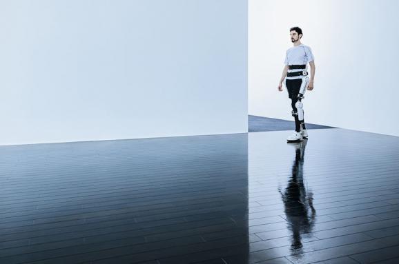 Людей на візках відтепер ставитимуть на ноги екзоскелети. Щоправда, у США (ВІДЕО). cyberdyne, hal, екзоскелет, обмеженими можливостями, пацієнт, sky, man, outdoor, water, person, footwear. A man that is standing in the water