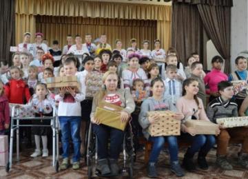 На Луганщині організовано тренінг для дітей з інвалідністю. кремінна, тренинг, інвалідність, інклюзивна програма, інтеграція, person, clothing, footwear, woman, girl, group, crowd. A group of people standing in front of a crowd