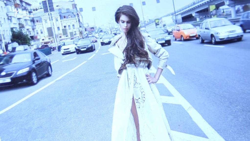 Історія дівчини з ДЦП, що успішно працює моделлю (ВІДЕО). дцп, христина ромайська, модель, обмеженими можливостями, суспільство, road, outdoor, dress, car, person, clothing, street, vehicle, land vehicle, woman. A woman standing in a parking lot