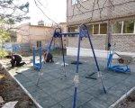 В Мариуполе устанавливают необычные тренажёры для детей (ФОТОФАКТ). мариуполь, благоустройство, инвалидность, площадка, тренажёр, outdoor, ground, construction, ladder, remodel, playground. A group of people on a sidewalk
