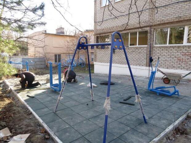 В Мариуполе устанавливают необычные тренажёры для детей (ФОТОФАКТ) МАРИУПОЛЬ БЛАГОУСТРОЙСТВО ИНВАЛИДНОСТЬ ПЛОЩАДКА ТРЕНАЖЁР