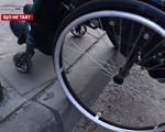 Що не так у Львові із пристосованістю міста для людей з інвалідністю? (ВІДЕО). львів, адаптація, доступність, пандус, інвалідність, ground, tire, wheel, bicycle, auto part, outdoor, bicycle wheel, land vehicle, spoke, vehicle. A cat sitting on a bicycle