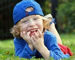 Пятилетний американец с деформированными пальцами создает протезы для детей с такой же проблемой (ФОТО, ВИДЕО). 3d-принтер, камерон хайт, деформированные пальцы, протез, устройство, grass, outdoor, person, tree, toddler, little, human face, child, baby, clothing. A little boy wearing a blue hat