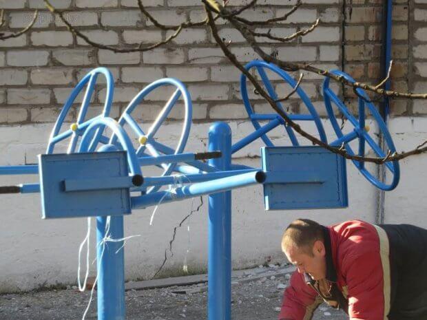 В Мариуполе устанавливают необычные тренажёры для детей (ФОТОФАКТ). мариуполь, благоустройство, инвалидность, площадка, тренажёр