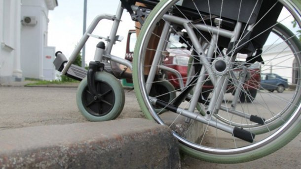 В Україні людям на візках можуть дозволити їздити по проїжджій частині