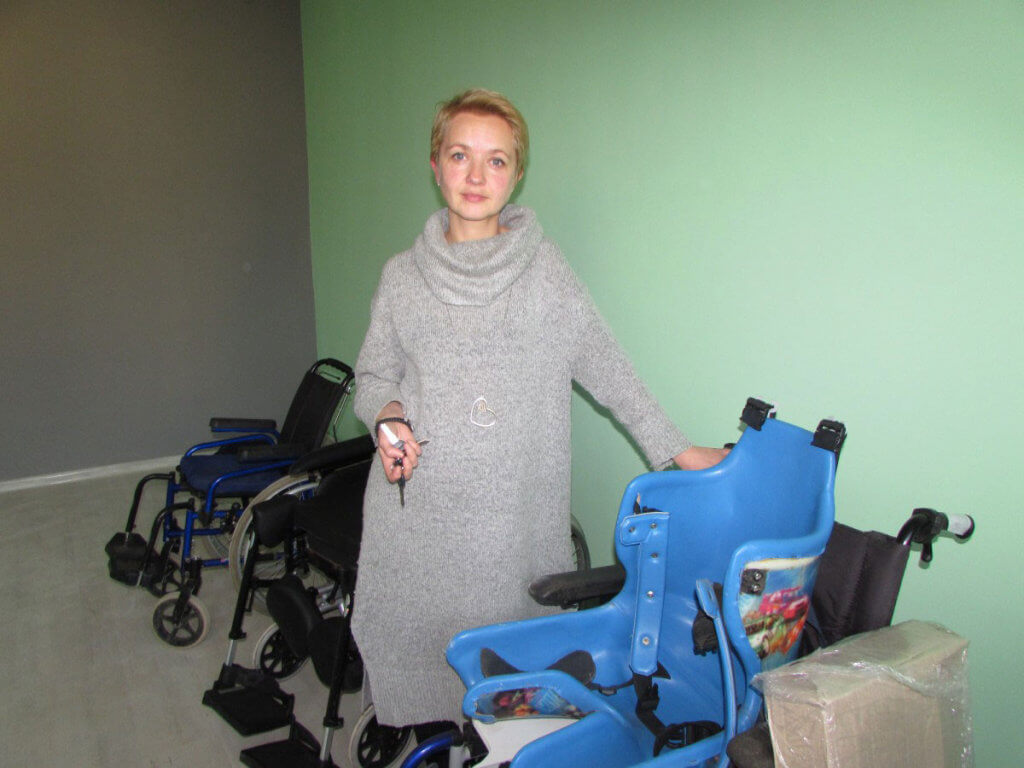 Інклюзивно-ресурсний центр невдовзі відчинить двері для особливих дітей. Інтерв'ю з Оленою Токарєвою. володимир-волинський, олена токарєва, реабілітація, інвалідність, інклюзивно-ресурсний центр, wall, person, indoor, clothing, luggage and bags. A person standing in a room