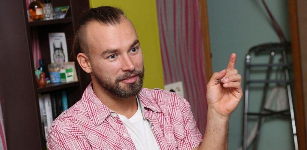 Встать как все. Как волонтёр Дмитрий Щебетюк учит уважать человеческое достоинство. дмитрий щебетюк, волонтер, доступность, инвалидность, травма, person, human face, indoor, wall, man, human beard, clothing. A man is using his cell phone