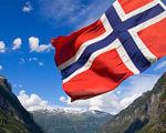 Норвегія – великі можливості для людей з інвалідністю. норвегія, працевлаштування, робоче місце, супровід, інвалідність, mountain, sky, outdoor, cloud, nature, red, flag, hillside. A flag with a mountain in the background