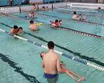 """Баскетболісти БК """"Рівне"""" долучились до волонтерського проекту реабілітації в басейні (ВІДЕО). рівне, басейн, волонтерський проект, заняття, інвалідність, sport, water, swimming pool, water sport, swimming, leisure centre, swimwear, person, pool, leisure. A group of people swimming in a pool of water"""