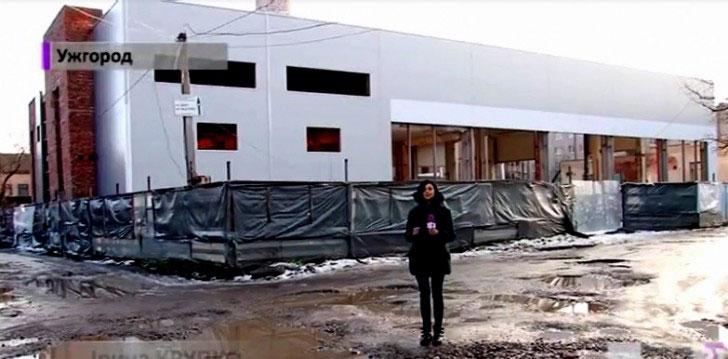 Спортивно-реабілітаційний центр в Ужгороді: гірке сьогодення, чи світле майбутнє?. ужгород, обговорення, проект, спортивно-реабілітаційний центр, інвалід, ground, clothing, person, footwear, snow, street, woman, house. A person standing in front of a building