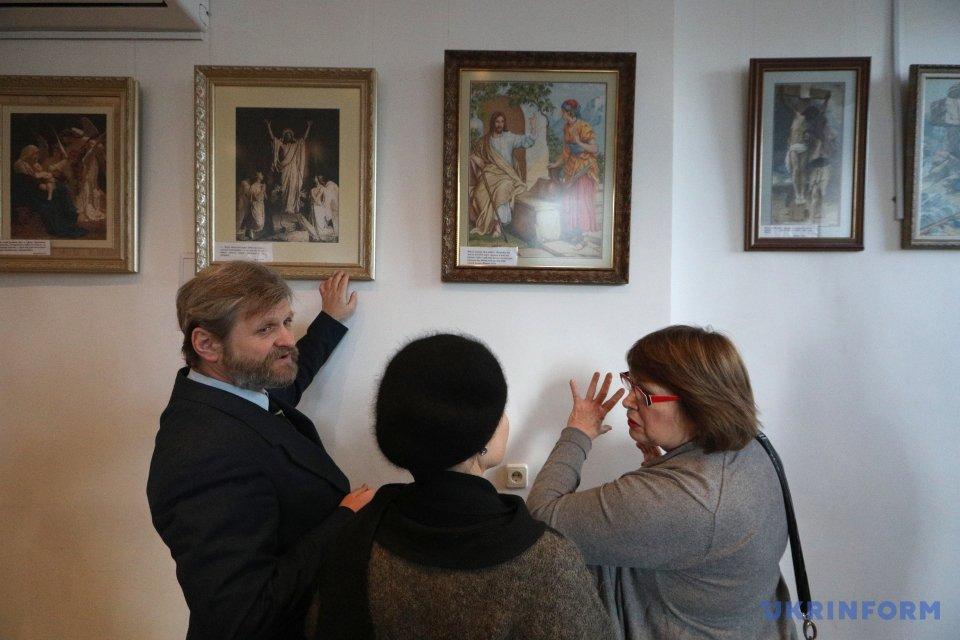 В АртХабі Укрінформу відкрилася виставка вишитих картин Надії Полєвої (ФОТО)